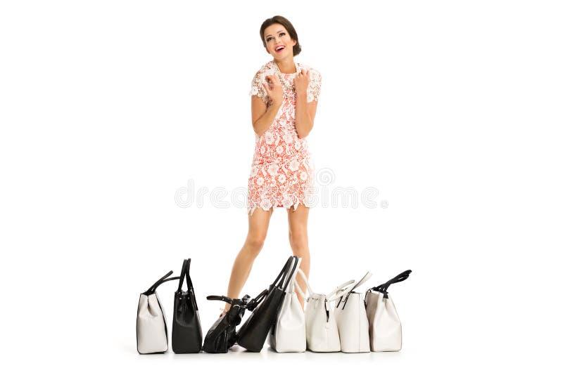 Portret van het mooie jonge vrouw stellen met het winkelen zakken, I stock afbeeldingen
