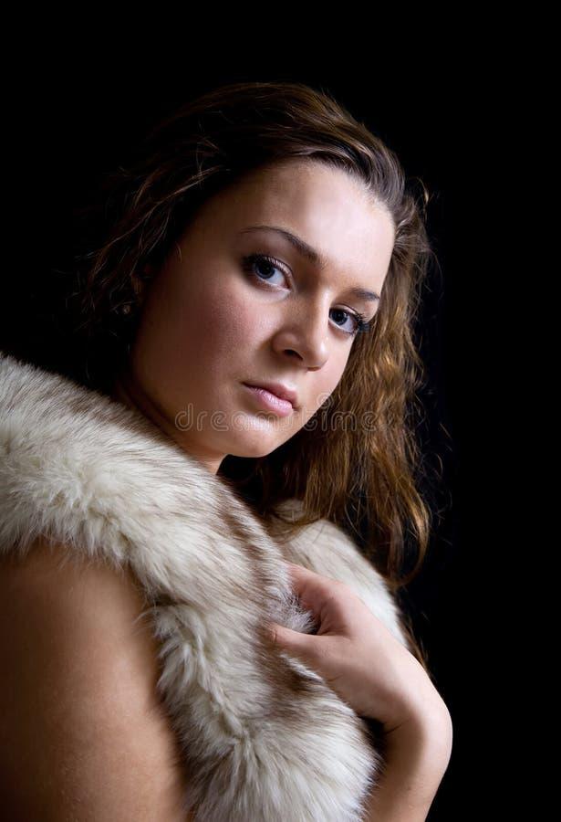 Portret van het mooie meisje met bont royalty-vrije stock afbeelding