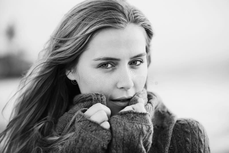 Portret van het mooie meisje op het strand royalty-vrije stock foto's