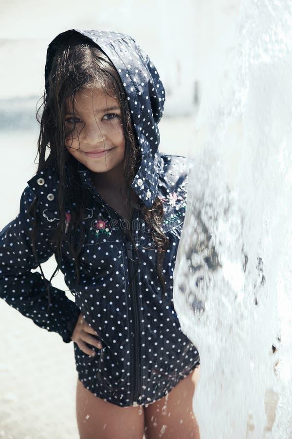 Portret van het mooie meisje spelen royalty-vrije stock foto