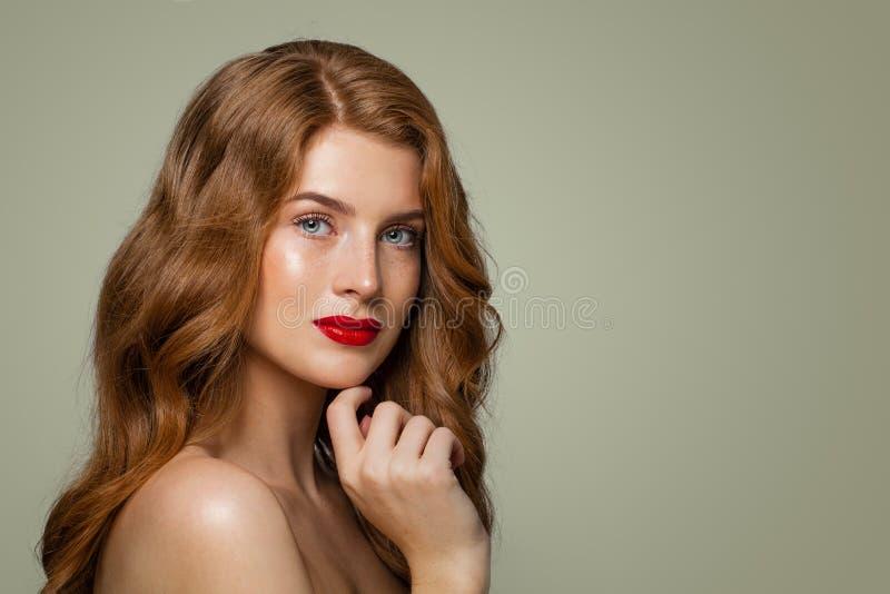 Portret van het mooie roodharigemeisje stellen Rode haired vrouw met natuurlijke gezonde huid met sproeten royalty-vrije stock afbeeldingen