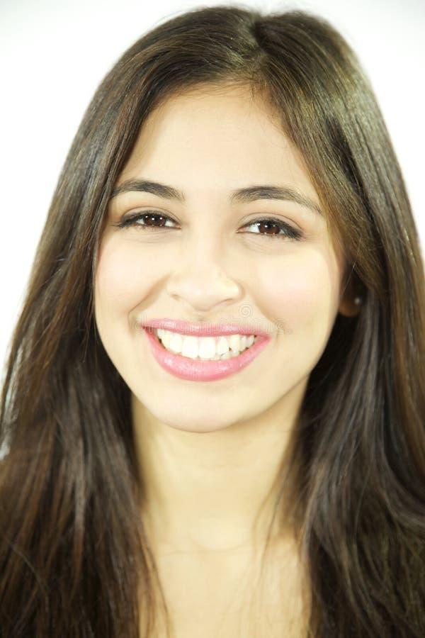 Portret van het mooie Spaanse jonge vrouw glimlachen bij camera stock fotografie
