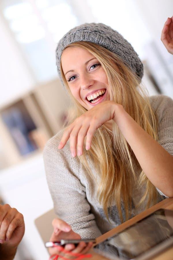Portret van het mooie studentenmeisje dragen barret stock afbeelding