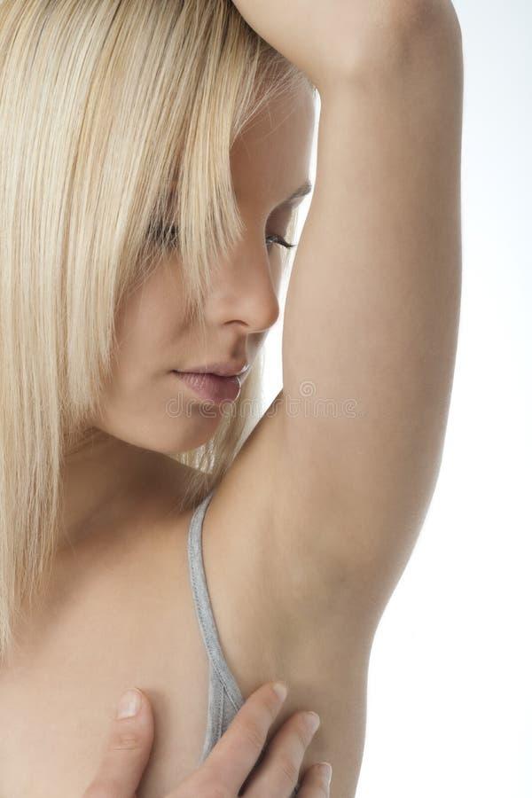 Portret van het mooie vrouw kijken haar schone oksel stock foto's