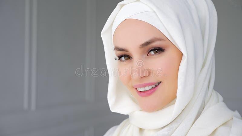 Portret van het moslim Arabische vrouw dragen hijab, het bekijken camera en het glimlachen royalty-vrije stock foto's