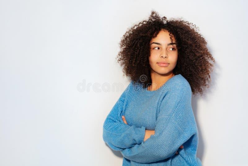 Portret van het nadenkende jonge zwarte glimlachen stock afbeeldingen