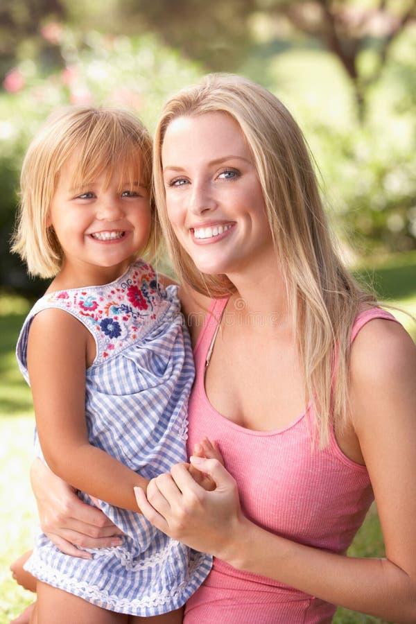Portret van het Ontspannen van de Moeder en van het Kind in Park royalty-vrije stock foto's