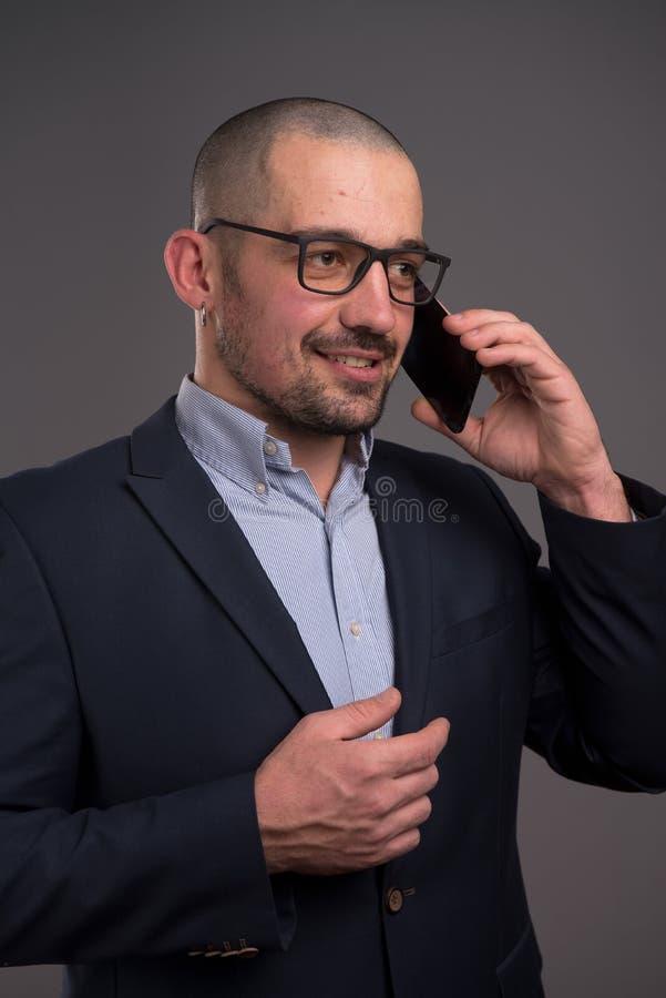Portret van het optimistische zakenman spreken over mobiele telefoon royalty-vrije stock fotografie