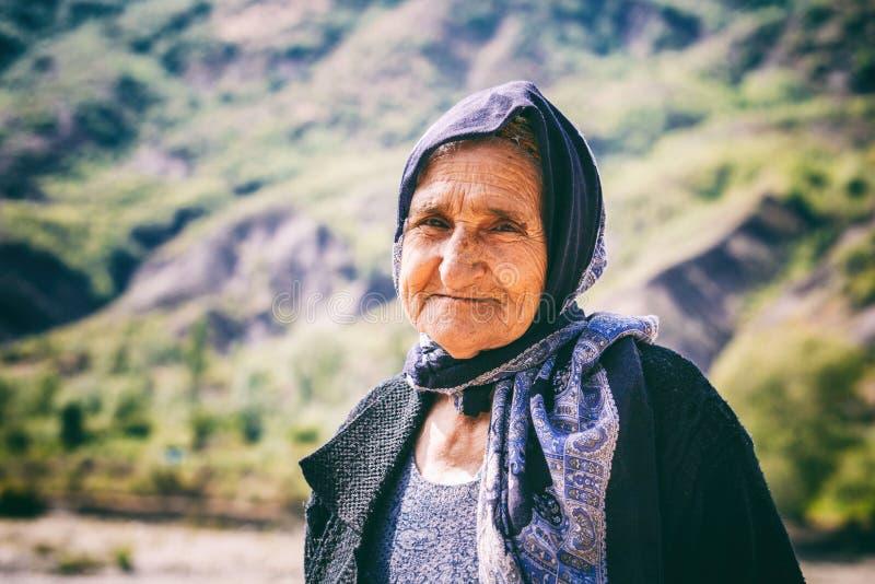 Portret van het oude vrouw leven in het oudste die gebouw in Lahich, op de berg in Lahic wordt gevestigd royalty-vrije stock afbeeldingen