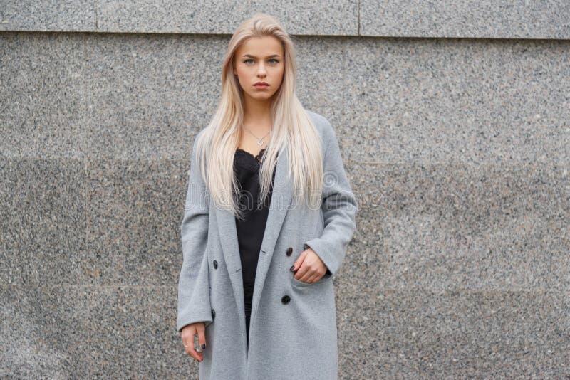 Portret van het overweldigen van blauwe eyed blonde vrouw stock fotografie