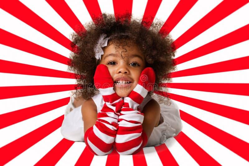 Portret van het peuter vrolijke kindmeisje bepalen Het schot van de studio Rode en witte streepachtergrond stock foto