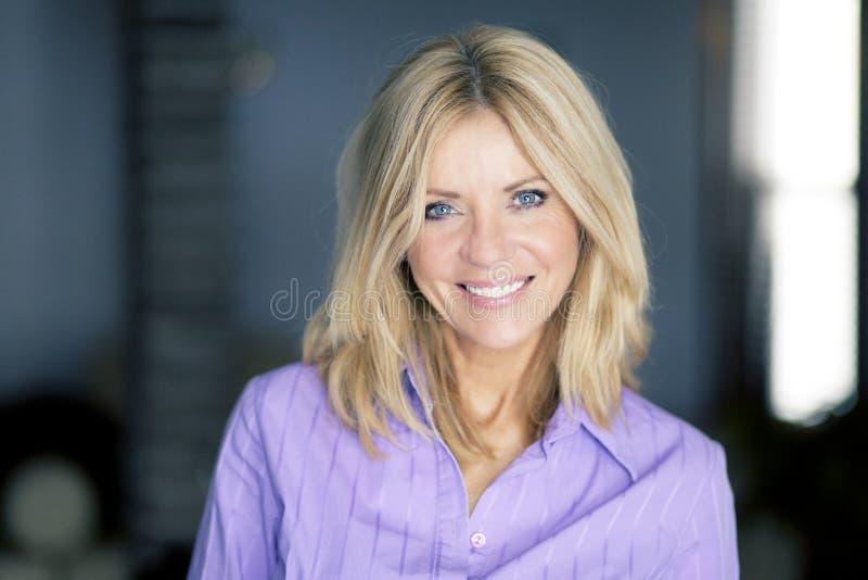 Portret van het rijpe blonde vrouw glimlachen stock fotografie