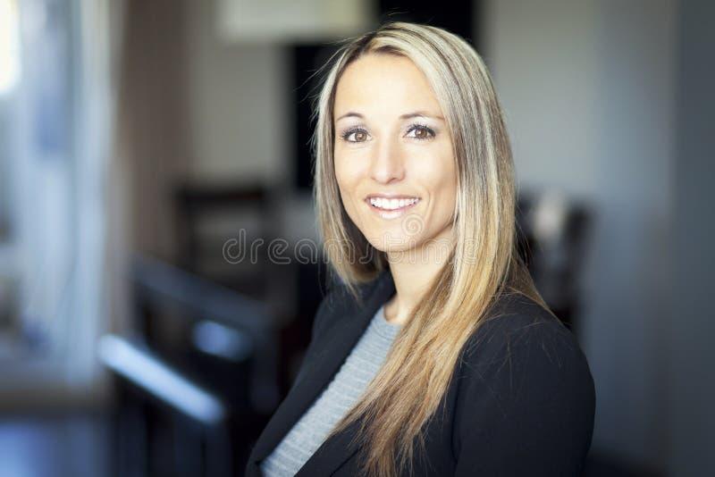 Portret van het rijpe blonde vrouw glimlachen royalty-vrije stock foto's