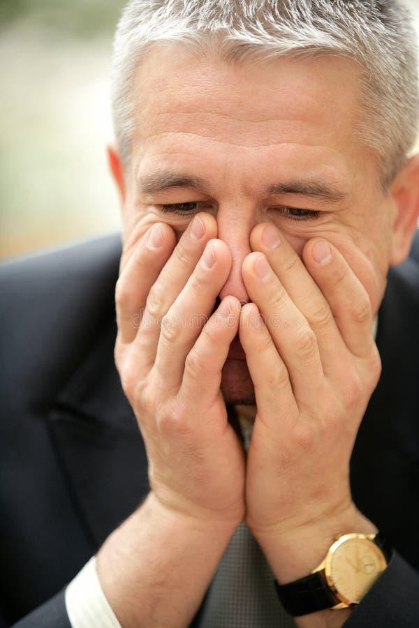 Portret van het rijpe ongerust gemaakte peinzende zakenman denken royalty-vrije stock afbeeldingen