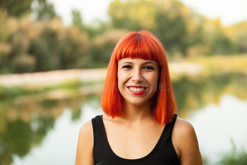 Portret van het rode haired vrouw genieten van van de aard royalty-vrije stock fotografie