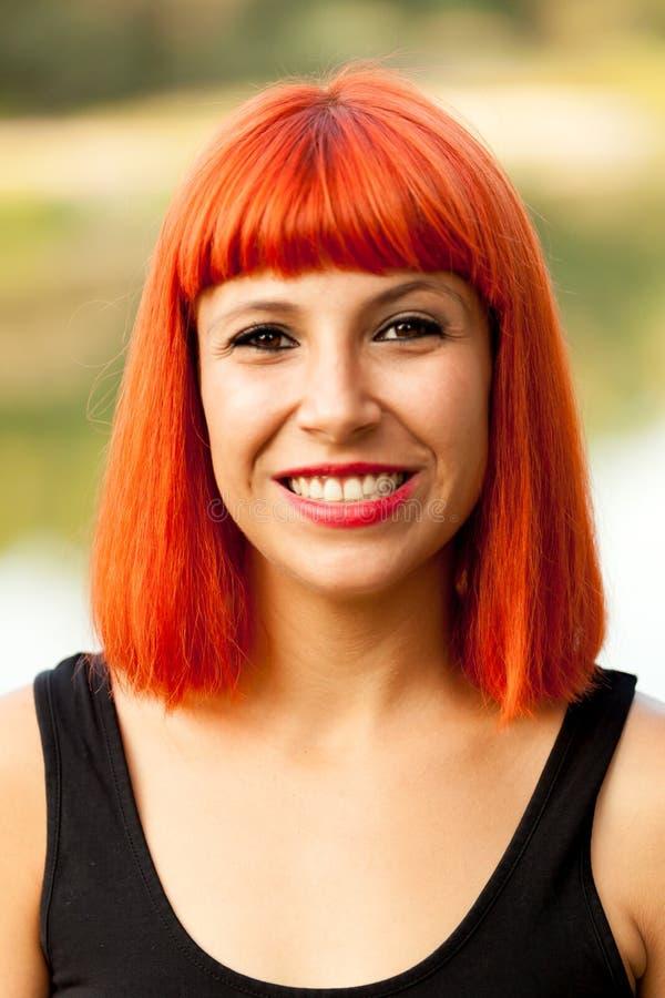 Portret van het rode haired vrouw genieten van van de aard royalty-vrije stock foto's