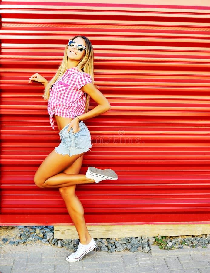 Portret van het sexy jonge modieuze het glimlachen model van het vrouwenmeisje in brigh stock foto