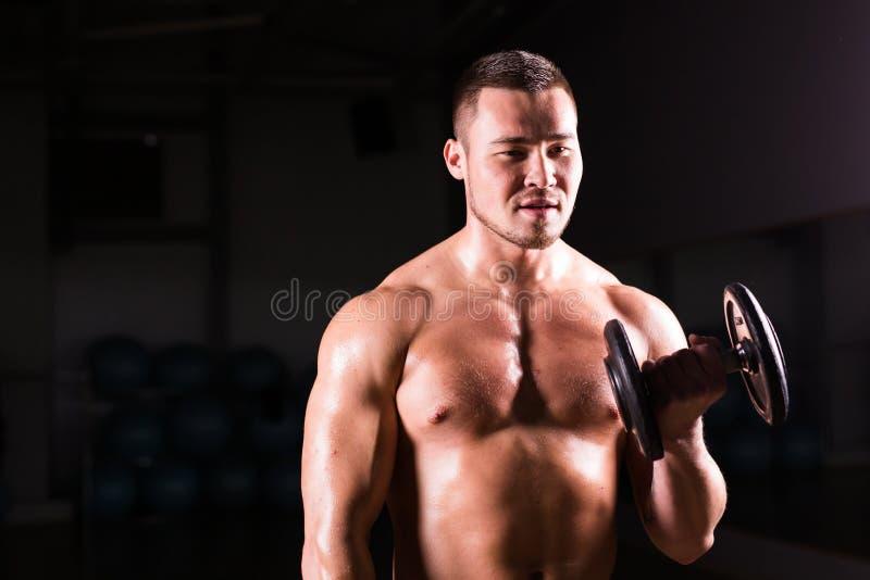 Portret van het sterke gezonde knappe Atletische Mensengeschiktheid Model stellen met een domoor stock foto