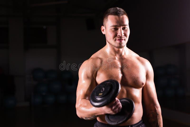 Portret van het sterke gezonde knappe Atletische Mensengeschiktheid Model stellen met een domoor royalty-vrije stock foto