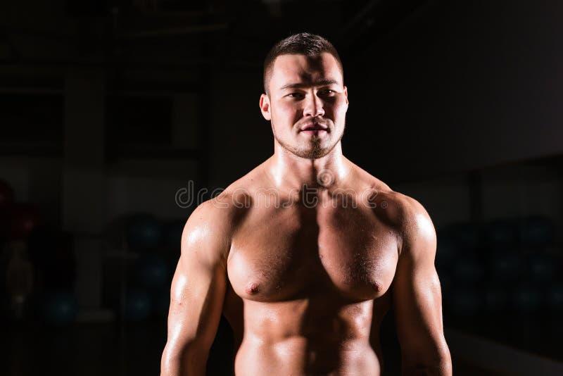 Portret van het sterke gezonde knappe Atletische Model van de Mensengeschiktheid royalty-vrije stock foto's
