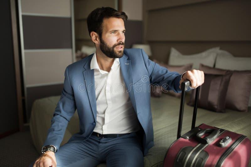 Portret van het succesvolle zakenman siiting in hotelruimte stock afbeeldingen