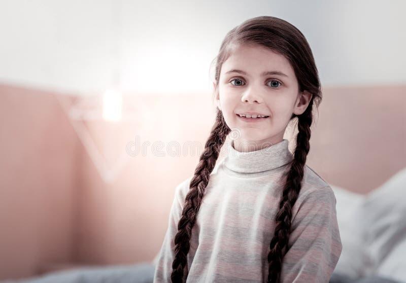 Portret van het verbazen van kind met vlechten stock afbeeldingen