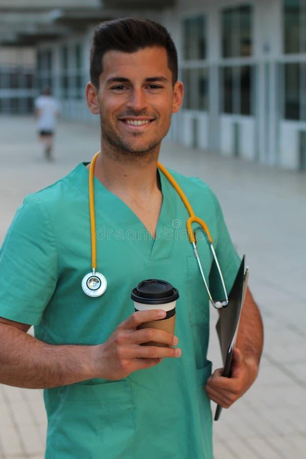 Portret van het vriendschappelijke mannelijke arts glimlachen royalty-vrije stock afbeelding