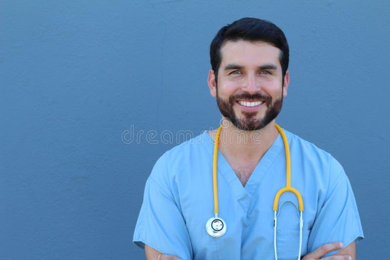 Portret van het vriendschappelijke mannelijke arts glimlachen met ruimte voor exemplaar of tekst royalty-vrije stock afbeelding