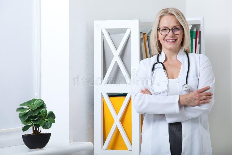 Portret van het vriendschappelijke vrouwelijke arts glimlachen royalty-vrije stock fotografie