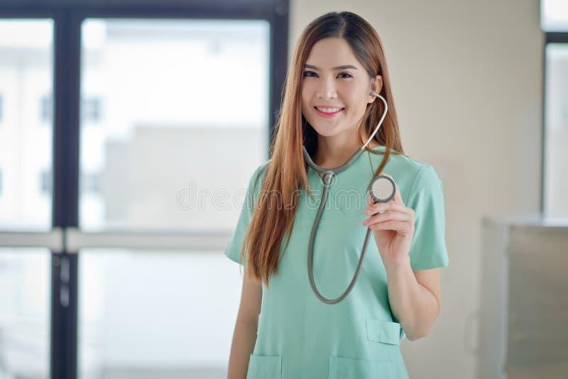 Portret van het vriendschappelijke vrouwelijke arts glimlachen royalty-vrije stock afbeeldingen