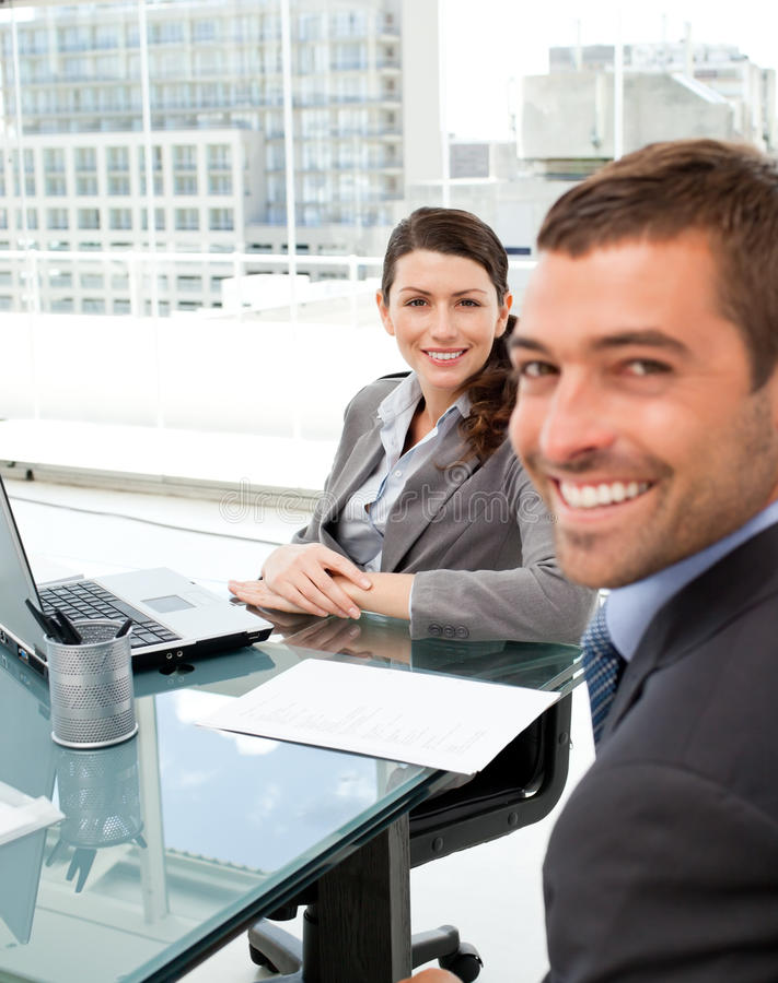 Portret van het vrolijke bedrijfsmensen werken stock afbeelding