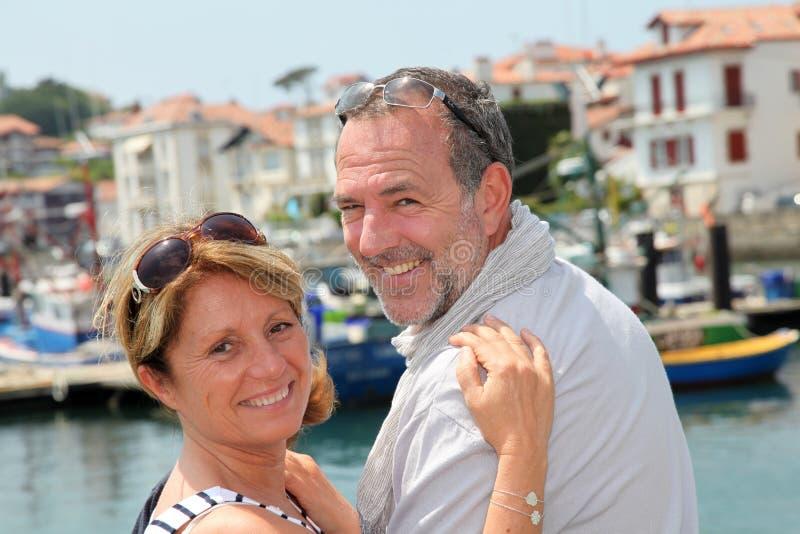 Portret van het vrolijke hogere paar reizen royalty-vrije stock afbeelding