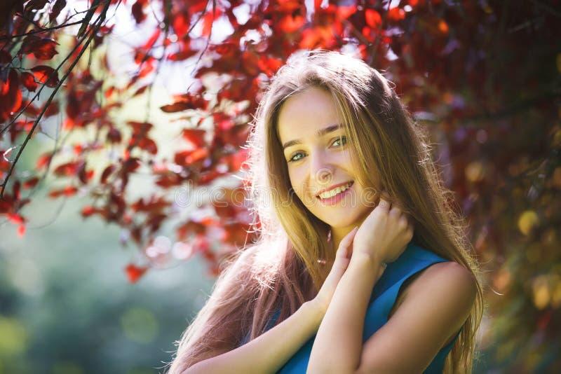 Portret van het vrolijke jonge meisje stock foto's