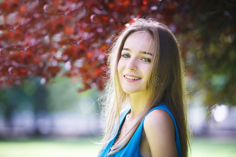 Portret van het vrolijke jonge meisje royalty-vrije stock foto