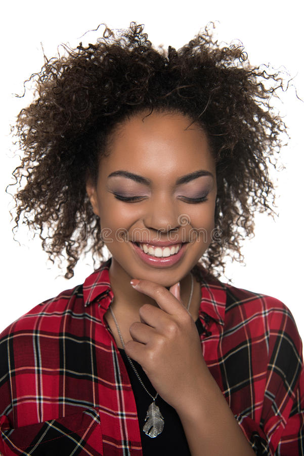 Portret van het vrolijke vrij jonge Afrikaanse Amerikaanse vrouw lachen stock afbeeldingen
