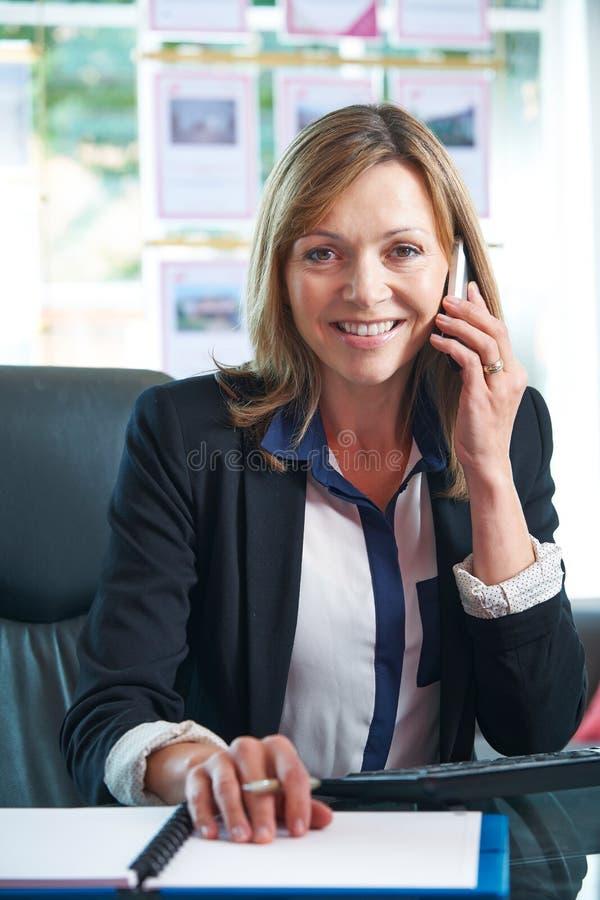 Portret van het Vrouwelijke Bureau van On Phone In van de Landgoedagent royalty-vrije stock fotografie