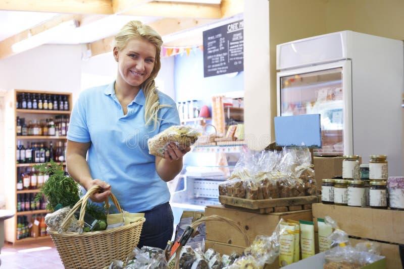 Portret van het Vrouwelijke Klant Winkelen in Landbouwbedrijfwinkel stock foto