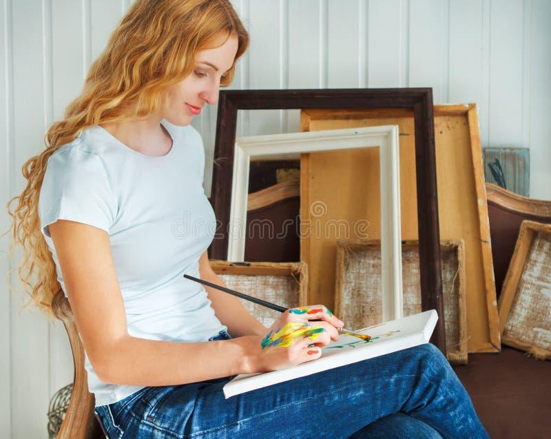 Portret van het vrouwelijke penseel van de kunstenaarsholding stock afbeelding