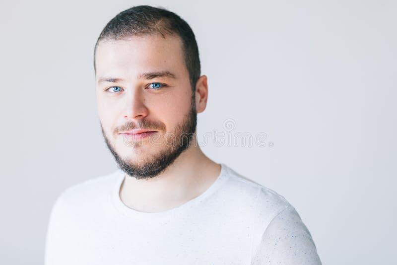Portret van het zekere jonge mens glimlachen stock foto's