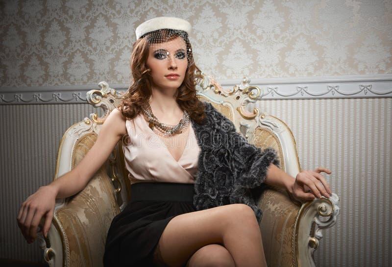 Portret van het zitten van vrij jonge vrouw in retro stijl stock afbeeldingen