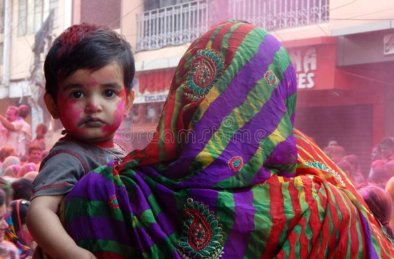 Portret van Hindoes vrouw en kind die Holi-festival vieren stock fotografie