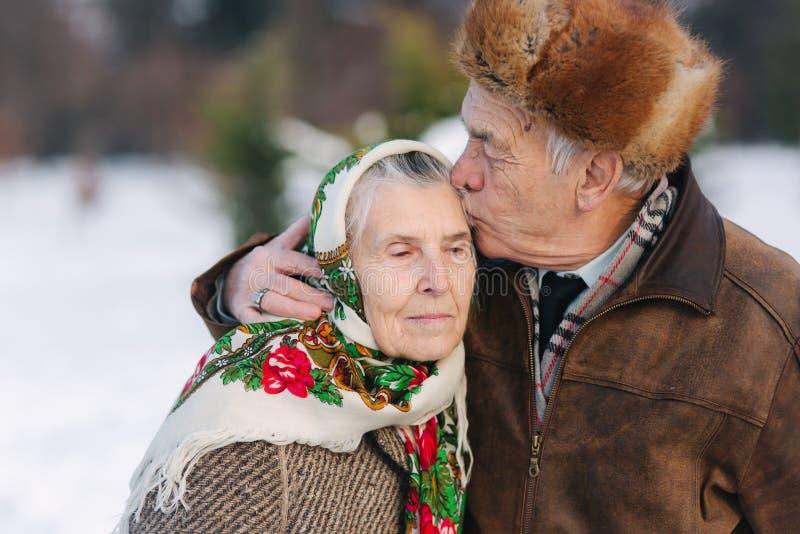 Portret van hoger paar Bejaardekus zijn vrouw in belangrijk oud paar walkink in het park in de wintertijd gelukkig stock foto's