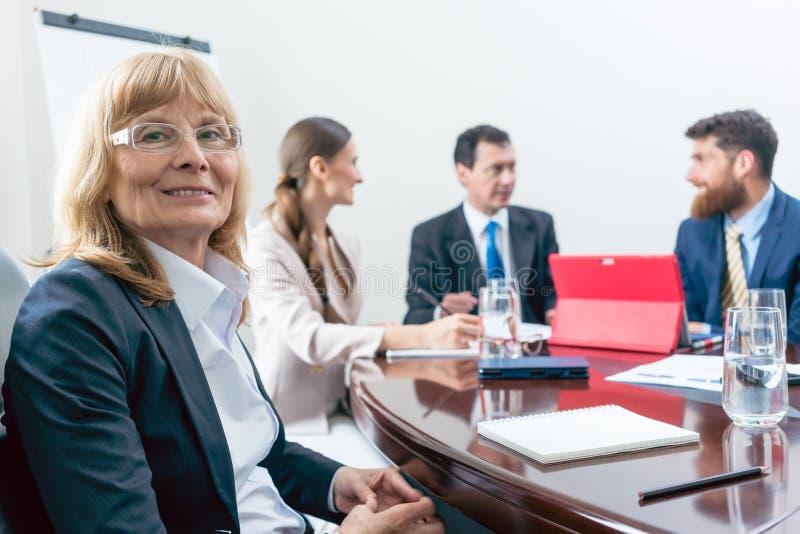 Portret van hogere CEO of een uitvoerende directeur die bij camera glimlachen royalty-vrije stock afbeeldingen