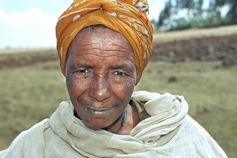 Portret van hogere Ethiopische vrouw met vliegen royalty-vrije stock afbeeldingen