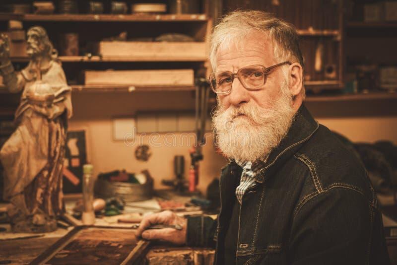Portret van hogere restaurateur in zijn workshop royalty-vrije stock afbeelding
