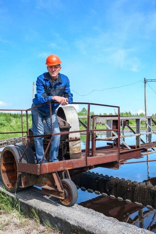 Portret van hogere techniekarbeider in de fabriek van de waterbehandeling stock fotografie