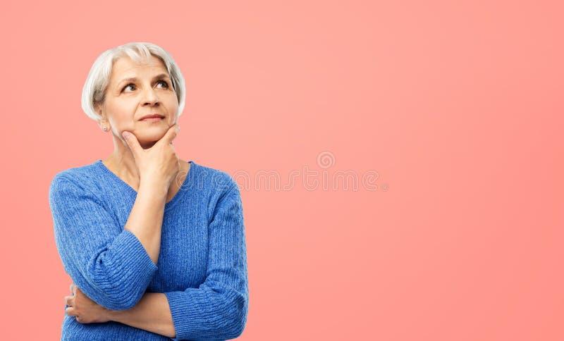 Portret van hogere vrouw in het blauwe sweater denken royalty-vrije stock fotografie