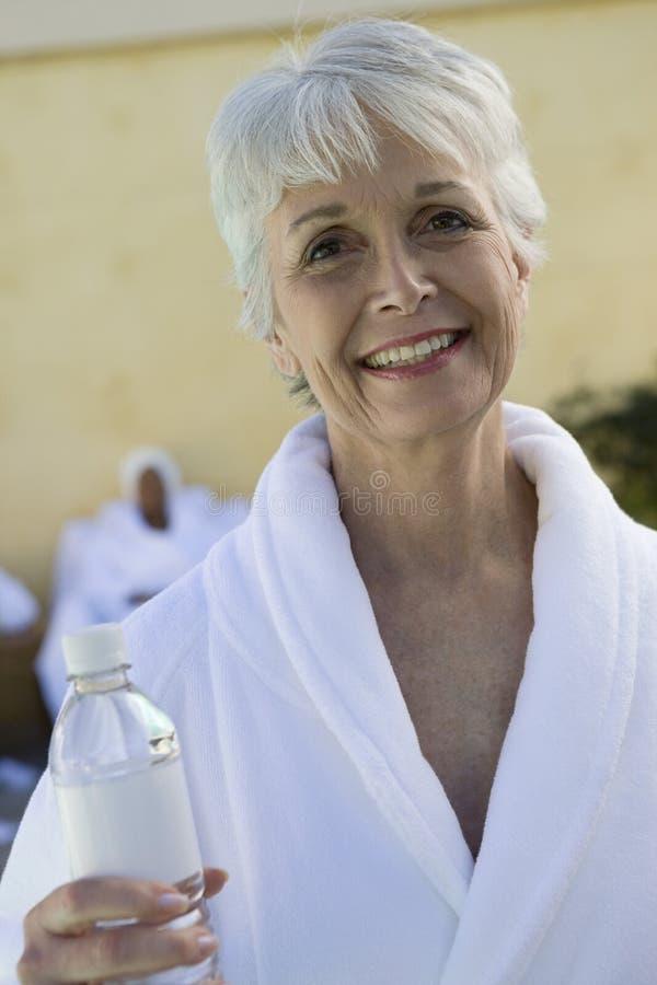 Portret van Hogere Vrouw met Waterfles royalty-vrije stock afbeelding