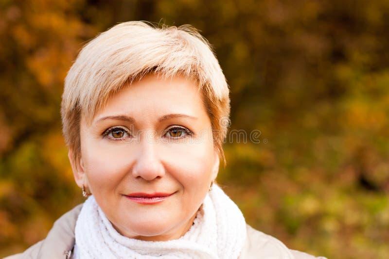 Portret van Hogere Vrouw op Autumn Background royalty-vrije stock afbeeldingen