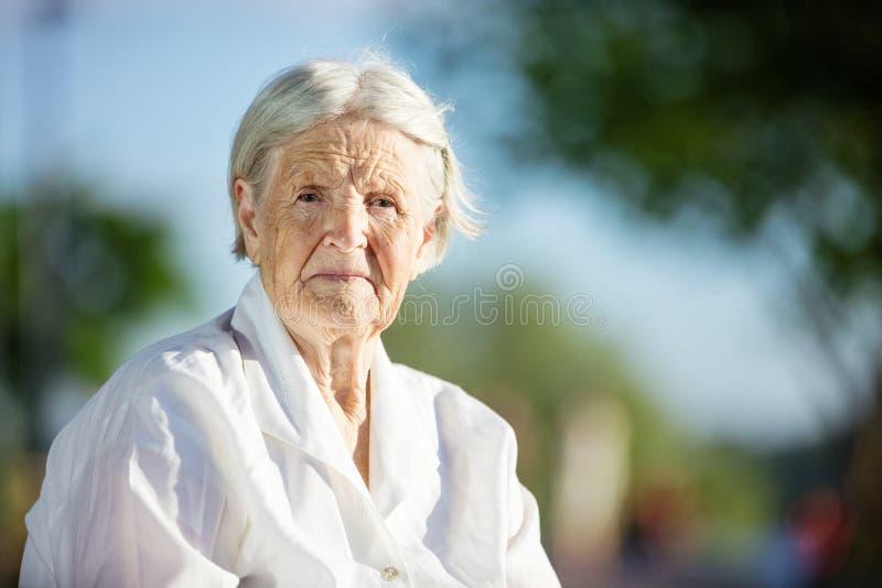 Portret van hogere vrouw in openlucht stock foto's